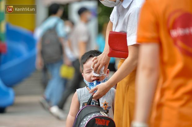 Loạt ảnh viral nhất hôm nay: Cậu nhóc mếu máo vì phải đi học lại, liên tục la khóc không chịu rời vòng tay bố - Ảnh 6.