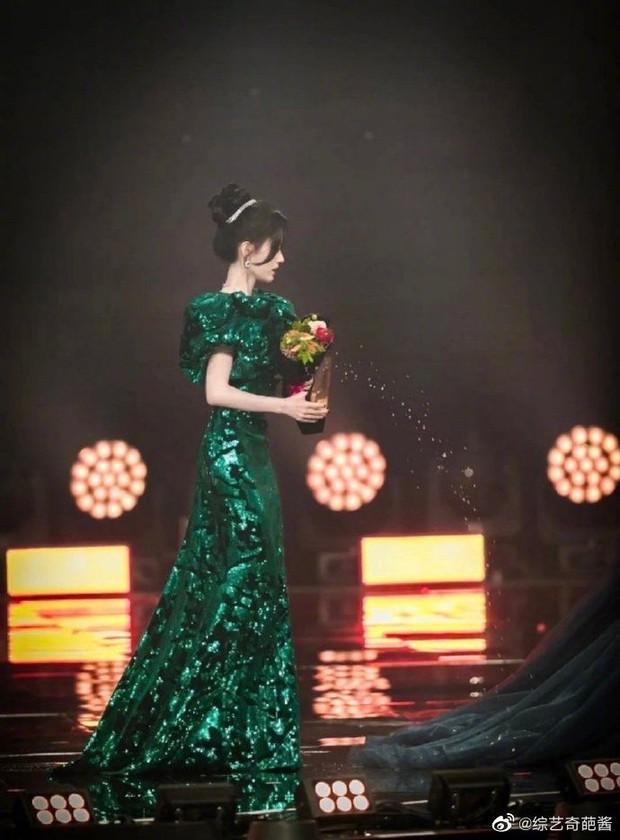Cúc Tịnh Y sơ ý làm đổ nước lên váy Ngô Tuyên Nghi ngay giữa sự kiện, biểu cảm hoảng hốt của 2 nữ thần gây sốt - Ảnh 2.