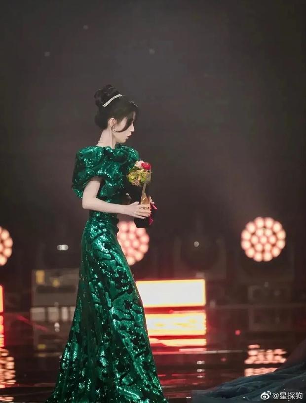 Cúc Tịnh Y sơ ý làm đổ nước lên váy Ngô Tuyên Nghi ngay giữa sự kiện, biểu cảm hoảng hốt của 2 nữ thần gây sốt - Ảnh 3.