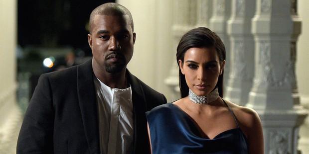 Kanye West trả thù Kim Kardashian: Bóc phốt vợ tán tỉnh kẻ khác, mắc bệnh tâm lý cùng nhiều tình tiết bẽ bàng - Ảnh 2.