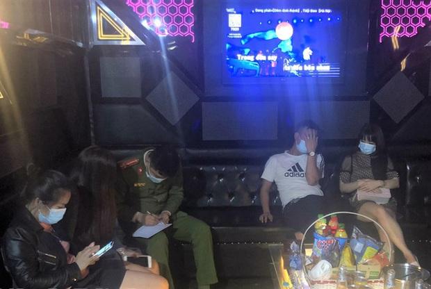 Cho khách hát karaoke bất chấp quy định, bị phạt 25 triệu đồng - Ảnh 1.