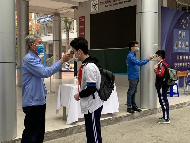 Học sinh Hà Nội trở lại trường, thực hiện nghiêm ngặt công tác phòng dịch COVID-19 - Ảnh 10.