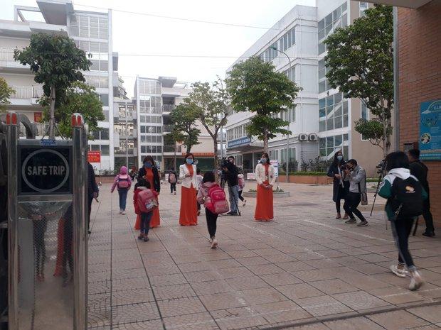 Học sinh Hà Nội trở lại trường, thực hiện nghiêm ngặt công tác phòng dịch COVID-19 - Ảnh 11.
