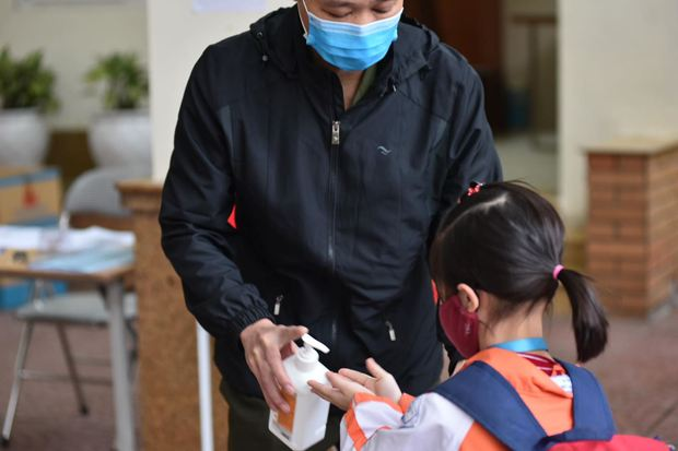 Học sinh Hà Nội trở lại trường, thực hiện nghiêm ngặt công tác phòng dịch COVID-19 - Ảnh 4.