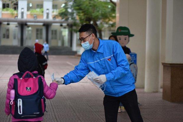 Học sinh Hà Nội trở lại trường, thực hiện nghiêm ngặt công tác phòng dịch COVID-19 - Ảnh 5.