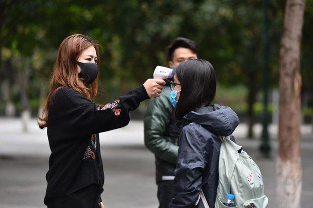 Học sinh Hà Nội trở lại trường, thực hiện nghiêm ngặt công tác phòng dịch COVID-19 - Ảnh 6.