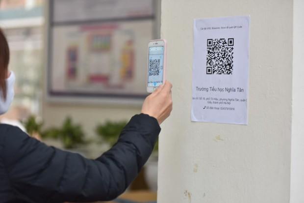 Học sinh Hà Nội trở lại trường, thực hiện nghiêm ngặt công tác phòng dịch COVID-19 - Ảnh 7.