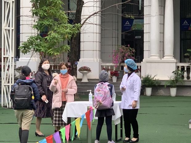 Học sinh Hà Nội trở lại trường, thực hiện nghiêm ngặt công tác phòng dịch COVID-19 - Ảnh 8.