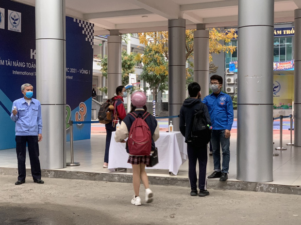 Học sinh Hà Nội trở lại trường, thực hiện nghiêm ngặt công tác phòng dịch COVID-19 - Ảnh 9.