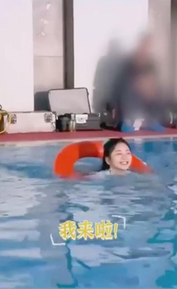 Đàm Tùng Vận hóa em bé tập bơi với phao cứu hộ trong hậu trường Cẩm Tâm Tựa Ngọc - Ảnh 2.