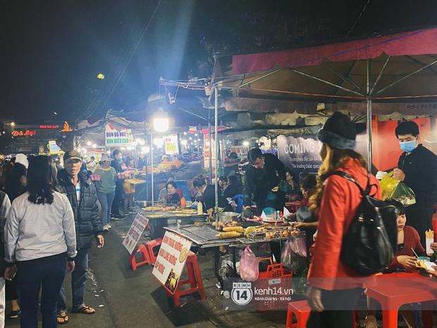 Người dân trốn nóng rủ nhau lên Đà Lạt đông nghẹt, chợ đêm tối cuối tuần đứng yên một chỗ cũng thấy... khó thở! - Ảnh 8.