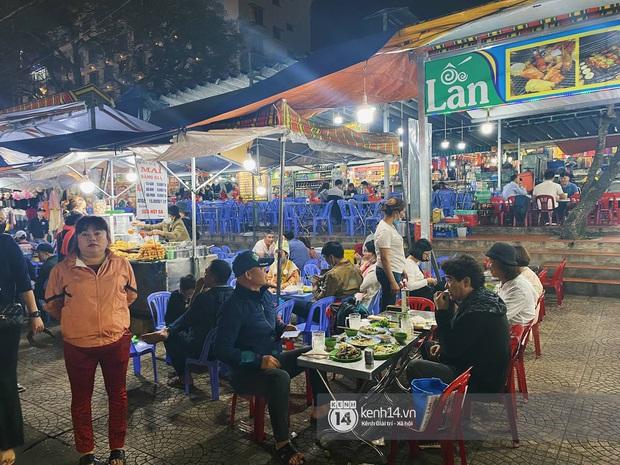 Người dân trốn nóng rủ nhau lên Đà Lạt đông nghẹt, chợ đêm tối cuối tuần đứng yên một chỗ cũng thấy... khó thở! - Ảnh 9.