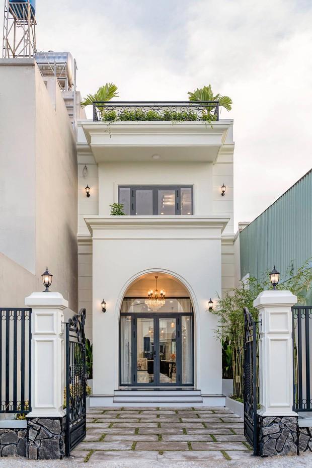 Vợ chồng Đồng Nai đầu tư 2,3 tỷ xây nhà phố tân cổ điển, bật mí cách cắt giảm chi phí cho hợp túi tiền - Ảnh 1.