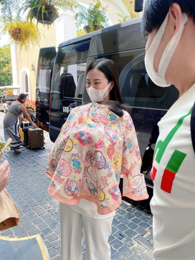 Đông Nhi lần đầu đưa con gái đi sự kiện, Winnie nguỵ trang kín mít nhưng vẫn át cả bố mẹ: Thế lực nhí hot nhất Vbiz đây rồi! - Ảnh 2.