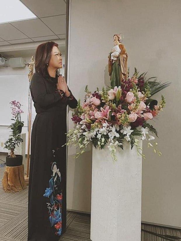 Lễ tưởng niệm 100 ngày cố NS Chí Tài: Ca sĩ Phương Loan tổ chức trang trọng ở Mỹ, Nhật Kim Anh đến thắp hương tại đền thờ 100 tỷ - Ảnh 4.