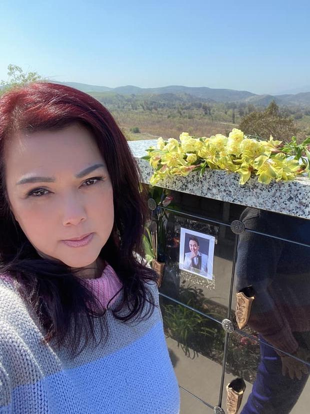 Lễ tưởng niệm 100 ngày cố NS Chí Tài: Ca sĩ Phương Loan tổ chức trang trọng ở Mỹ, Nhật Kim Anh đến thắp hương tại đền thờ 100 tỷ - Ảnh 5.