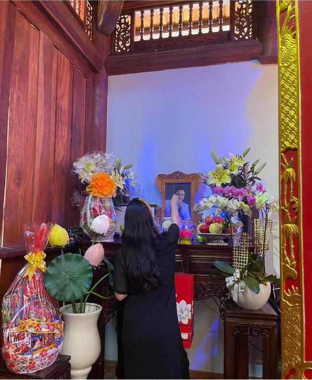 Lễ tưởng niệm 100 ngày cố NS Chí Tài: Ca sĩ Phương Loan tổ chức trang trọng ở Mỹ, Nhật Kim Anh đến thắp hương tại đền thờ 100 tỷ - Ảnh 8.