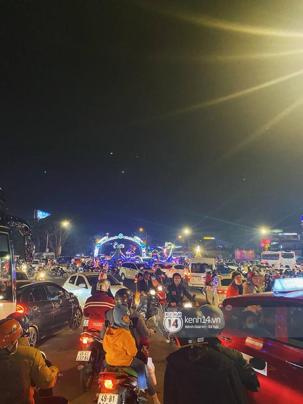 Người dân trốn nóng rủ nhau lên Đà Lạt đông nghẹt, chợ đêm tối cuối tuần đứng yên một chỗ cũng thấy... khó thở! - Ảnh 2.
