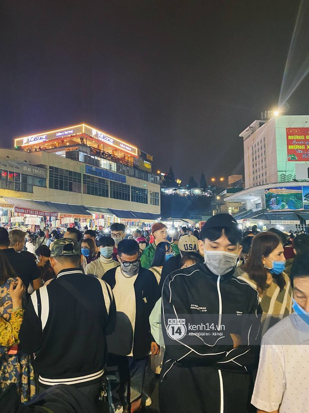 Người dân trốn nóng rủ nhau lên Đà Lạt đông nghẹt, chợ đêm tối cuối tuần đứng yên một chỗ cũng thấy... khó thở! - Ảnh 6.