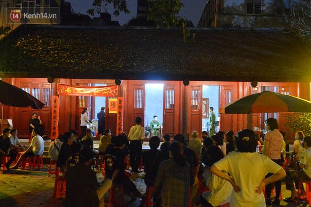 Ảnh: Hàng trăm người dân Hà Nội xếp hàng chờ cấp căn cước công dân gắn chíp trong đêm - Ảnh 1.