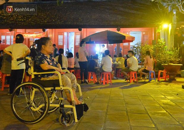 Ảnh: Hàng trăm người dân Hà Nội xếp hàng chờ cấp căn cước công dân gắn chíp trong đêm - Ảnh 9.
