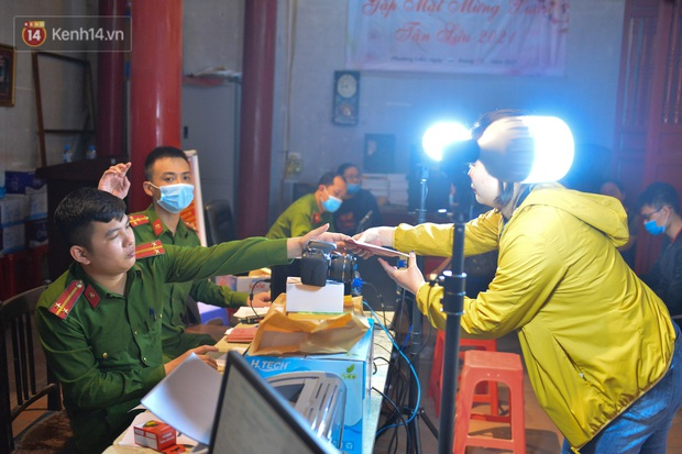 Ảnh: Hàng trăm người dân Hà Nội xếp hàng chờ cấp căn cước công dân gắn chíp trong đêm - Ảnh 8.