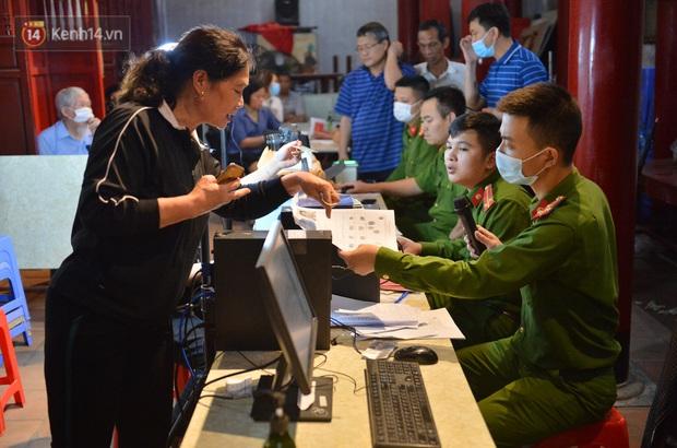 Ảnh: Hàng trăm người dân Hà Nội xếp hàng chờ cấp căn cước công dân gắn chíp trong đêm - Ảnh 3.