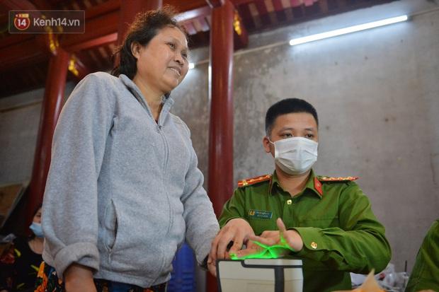 Ảnh: Hàng trăm người dân Hà Nội xếp hàng chờ cấp căn cước công dân gắn chíp trong đêm - Ảnh 6.