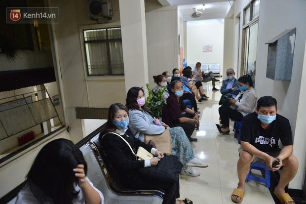 Ảnh: Hàng trăm người dân Hà Nội xếp hàng chờ cấp căn cước công dân gắn chíp trong đêm - Ảnh 10.