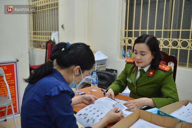 Ảnh: Hàng trăm người dân Hà Nội xếp hàng chờ cấp căn cước công dân gắn chíp trong đêm - Ảnh 12.