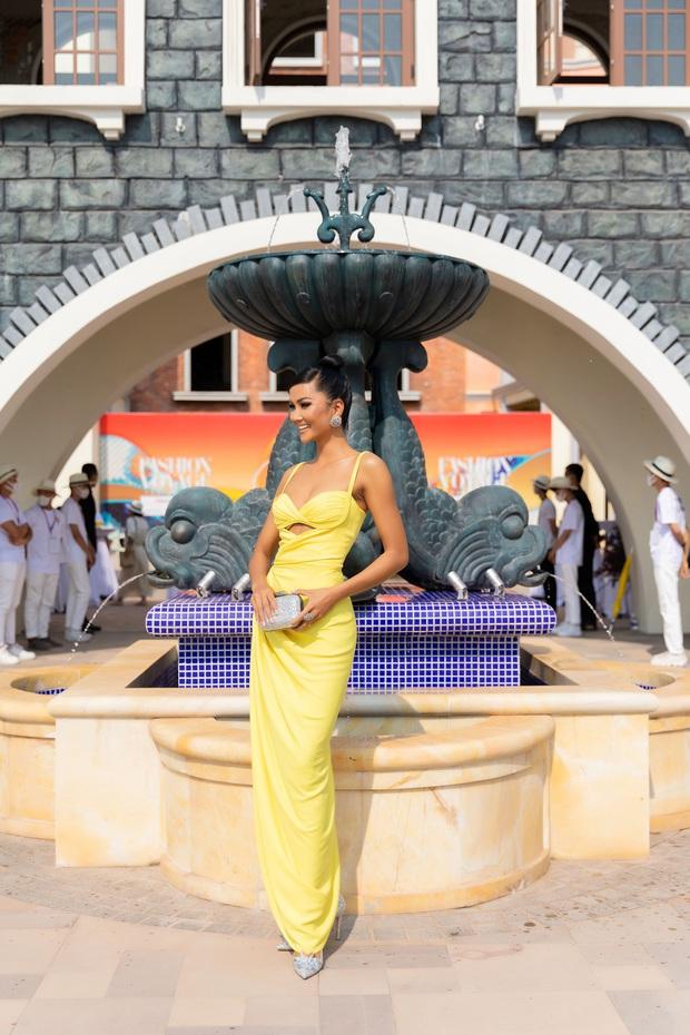 Ngọc Trinh lộ vòng 3 căng đét, dàn Hoa hậu Á hậu cũng thi nhau khoe ngực ỡm ờ trên thảm đỏ Fashion Voyage - Ảnh 27.