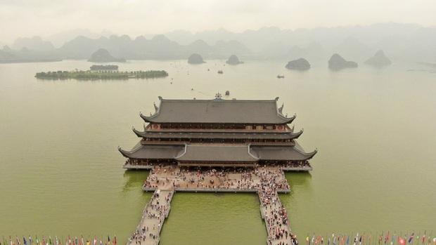 Sau khi 5 vạn người đổ về chùa Tam Chúc: Dựng rào chắn phòng chống dịch Covid-19 - Ảnh 1.
