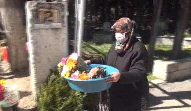 Cặm cụi bán hoa ở nghĩa trang cóp từng đồng bạc lẻ để nuôi con gái đi du học nước ngoài, mẹ chết lặng khi biết sự thật chua xót - Ảnh 2.