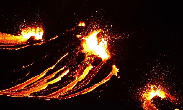 Sau 40.000 trận động đất chỉ trong vòng vài tuần, núi lửa của đất nước này chính thức bùng nổ - Ảnh 2.