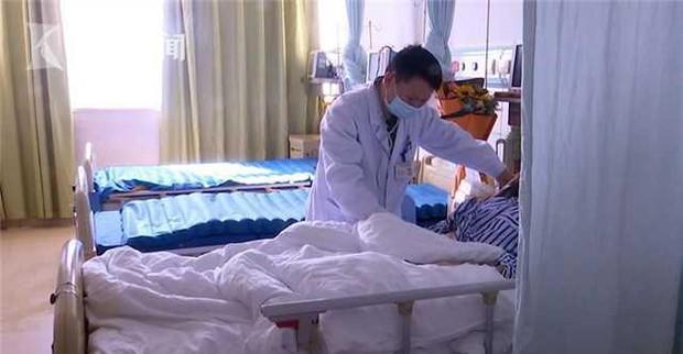 Người phụ nữ 68 tuổi bị lệch thủy tinh thể, sưng mắt và nôn mửa chỉ vì tự xoa bóp quanh mặt - Ảnh 1.
