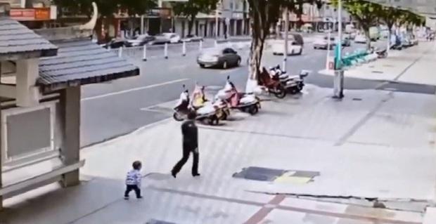 Mẹ kiên quyết bỏ đi khi con trai 2 tuổi nhõng nhẽo đòi ôm, vài giây sau quay lại thì hốt hoảng với cảnh tượng trước mắt - Ảnh 1.