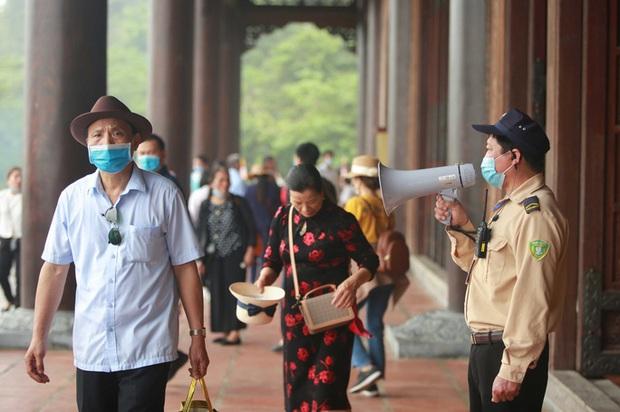 Sau khi 5 vạn người đổ về chùa Tam Chúc: Dựng rào chắn phòng chống dịch Covid-19 - Ảnh 17.