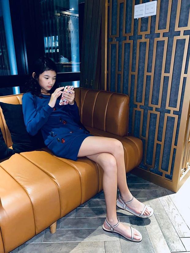 Bóc chiêu thức khoe cặp chân số 11 siêu nuột của con gái Trương Ngọc Ánh - Ảnh 7.