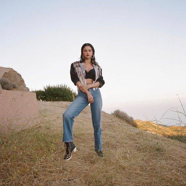 Selena Gomez lăn lê bò toài ở đống cỏ cũng ra bộ ảnh đẹp ngất: Visual đỉnh cao nhưng dân tình chỉ dán mắt vào vòng 1 lấp ló - Ảnh 5.