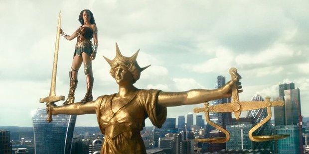 20 tình tiết ẩn đắt giá tràn ngập Justice League bản full: chú của Spider Man xuất hiện, liên tục nhá hàng về Supergirl, Atom - Ảnh 9.