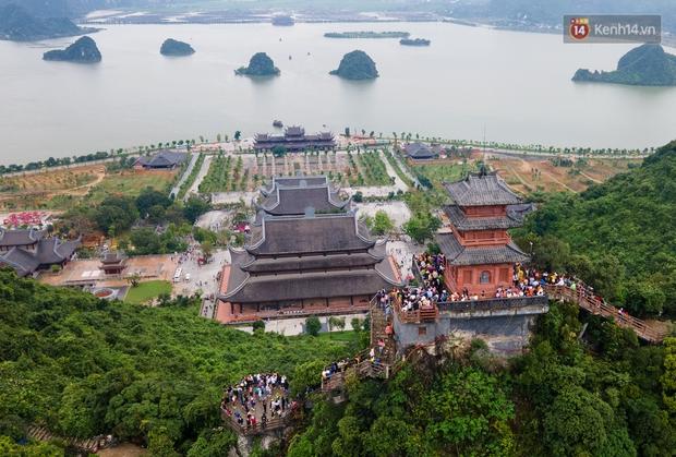 Chùm ảnh: Hơn một vạn người đội mưa về lễ chùa Tam Chúc  - Ảnh 1.