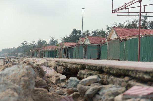 Cận cảnh bãi biển Nghệ An vẫn ngổn ngang trước mùa du lịch - Ảnh 1.