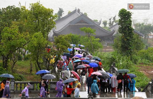 Chùm ảnh: Hơn một vạn người đội mưa về lễ chùa Tam Chúc  - Ảnh 11.