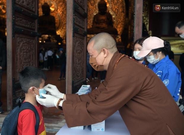 Chùm ảnh: Hơn một vạn người đội mưa về lễ chùa Tam Chúc  - Ảnh 15.