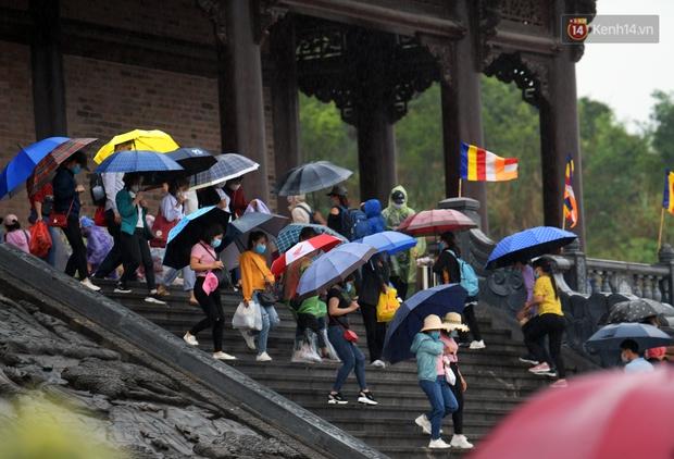 Chùm ảnh: Hơn một vạn người đội mưa về lễ chùa Tam Chúc  - Ảnh 16.