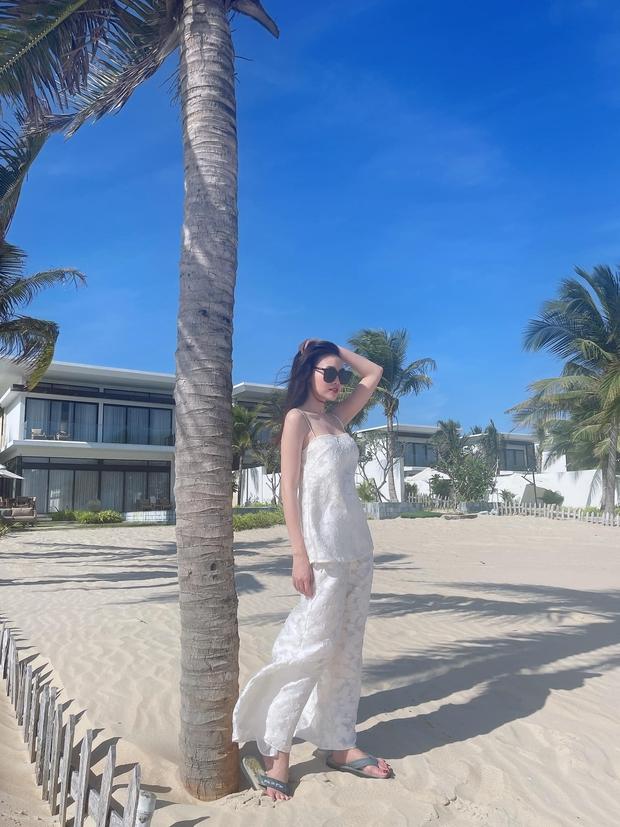 Ninh Dương Lan Ngọc diện bikini khoe body nóng hơn ngày hè, ai ngờ lướt xuống đôi chân té ngang vì chi tiết này - Ảnh 5.