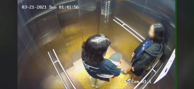 Hình ảnh cuối cùng của 2 cô gái trẻ trong thang máy trước khi rơi lầu chung cư ở Sài Gòn - Ảnh 1.