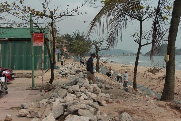 Cận cảnh bãi biển Nghệ An vẫn ngổn ngang trước mùa du lịch - Ảnh 8.