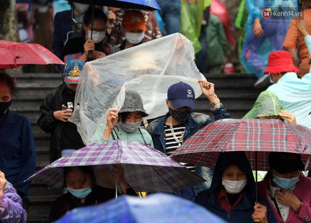 Chùm ảnh: Hơn một vạn người đội mưa về lễ chùa Tam Chúc  - Ảnh 2.