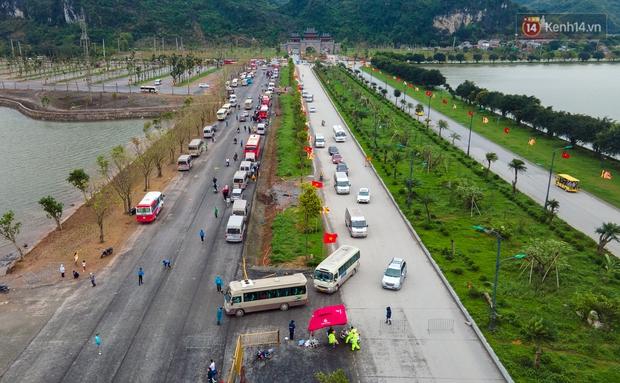 Chùm ảnh: Hơn một vạn người đội mưa về lễ chùa Tam Chúc  - Ảnh 3.